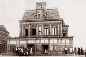 Villa Paula met Sisi buiten (5e van links naar rechts staand)
