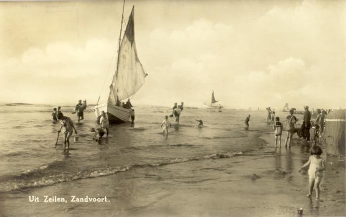 Hinwegsegeln vom Strand in Zandvoort.