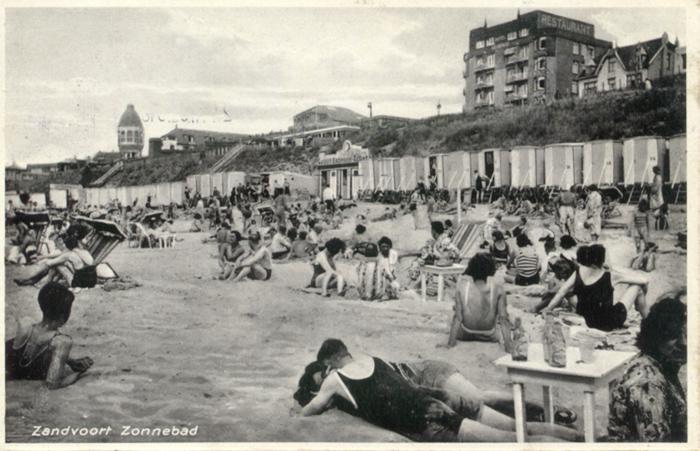 Eine am 27. Juli 1938 versendete Postkarte, die das Hotel Groot Badhuis und den alten Wasserturm in der Ferne zeigt.