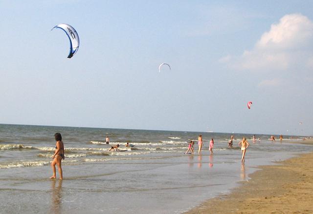 Bekijk de Kitesurfers in aktie op het strand
