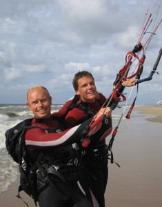 Okke Engel (left) giving a kitesurfing lesson