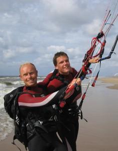 Okke beim halten einer Kitesurfing Stunde