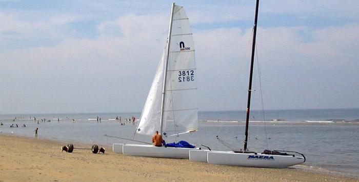Segelboot auf dem strand Zandvoort