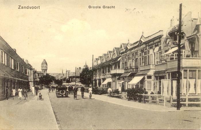Die Groote Gracht in Zandvoort. Diese Postkarte ist auf der Rückseite auf den 16. Juli 1927 gestempelt.