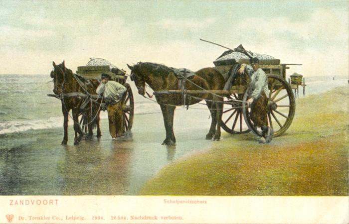 Schelpvissers rusten uit aan de kust van Zandvoort. Veel mensen in Zandvoort waren afhankelijk van de visserij als grootste inkomstenbron gedurende het grootste deel van de 18e en 19e eeuw