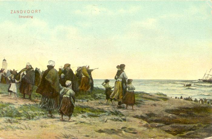 Gestrand. Bezorgde mensen komen samen op het strand om te kijken naar een gestrand schip. Dit was niet ongebruikelijk en kostte soms het leven aan vissers uit Zandvoort. De ansichtkaart is van 10 augustus 1909