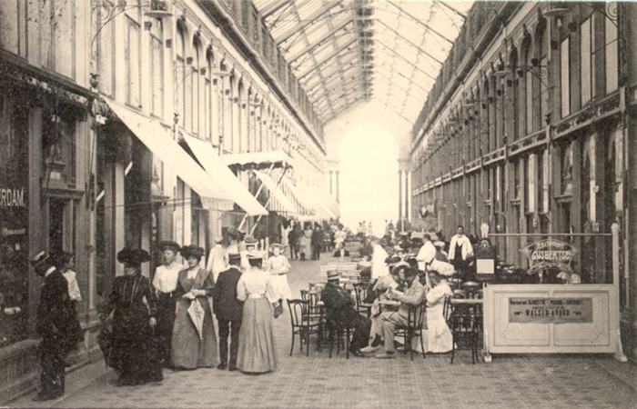 Binnenkant van de Zandvoort Passage die geopend werd in 1881. U kunt hier de vele winkels en cafés zien. De Passage brandde af in 1925.