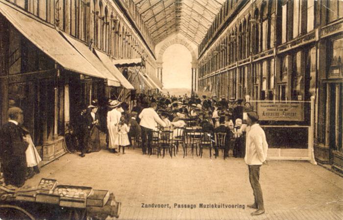 Drukte in de Zandvoort Passage, circa 1910. Hier werden veel muziekconcerten gehouden