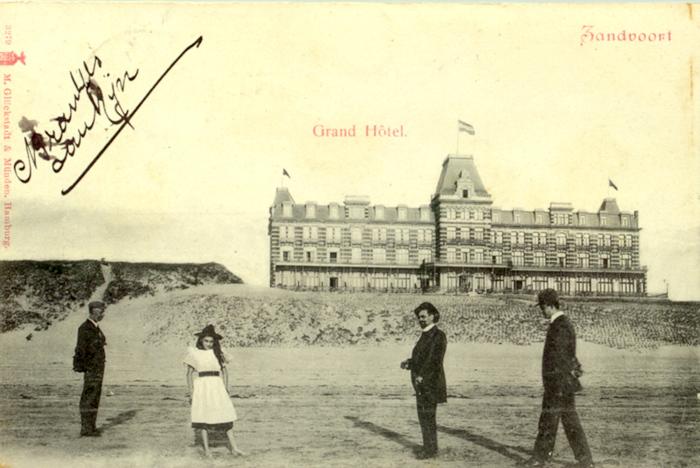 Op het strand aan de voorkant van het Grand Hotel die aan de Boulevard Barnaart stond. Deze kaart werd verstuurd aan een Mlle. Des Combes in Neuchatel op 4 april 1902