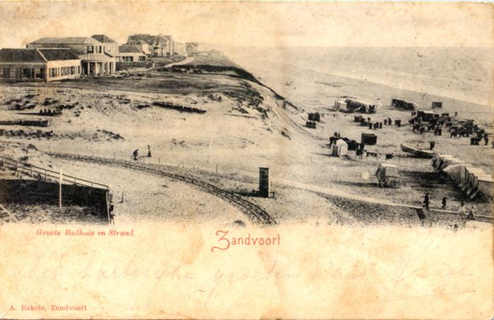 Hotel Groot Badhuis vanaf het noorden met de Strandweg op de voorgrond. Deze kaart heeft een poststempel van 16 juli 1900 op de achterkant.
