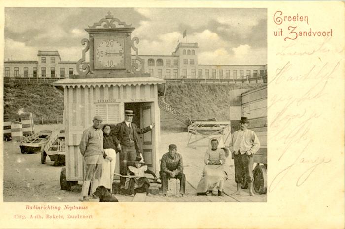 Strandwerkers bij het badhuis Neptunes op het strand voor Hotel D'Orange.