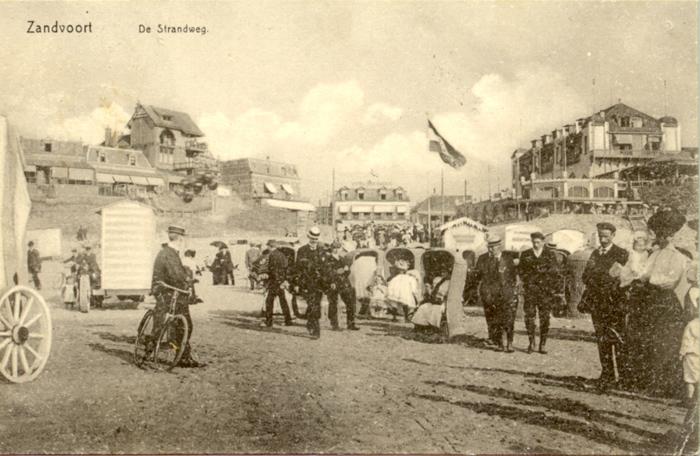 Vakantiegangers op de Strandweg in circa 1905. Het Hotel Driehuizen (middenachter) was een van de eerste beroemde hotels in Zandvoort.