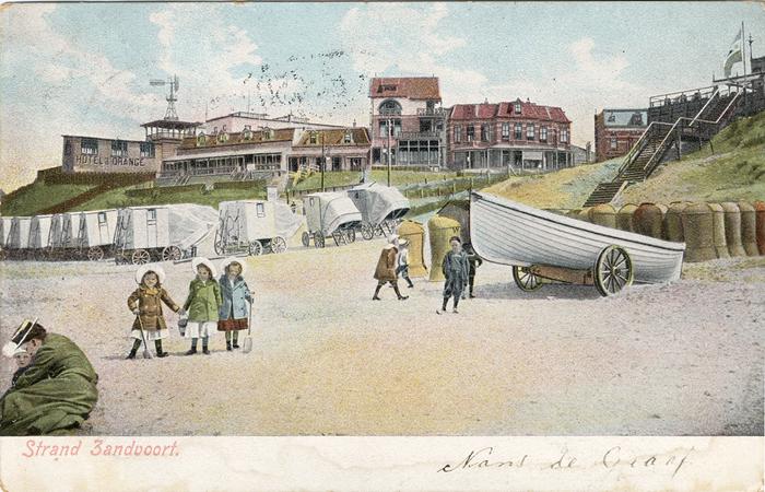 Zandvoort Strand, bij de Strandweg. Let op het bordje voor het Hotel D'Orange aan de linkerkant op de foto.