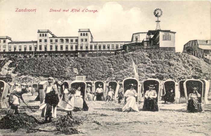 Zandvoort Strand, met Hotel D'Orange op de achtergrond. Dit luxueuze Hotel werd in 1879 gebouwd aan de Boulevard de Favauge.