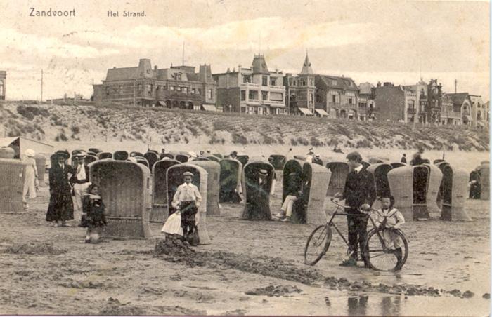 Strandscène, waarschijnlijk voor het Grand Hotel aan de Boulevard Barnaart.