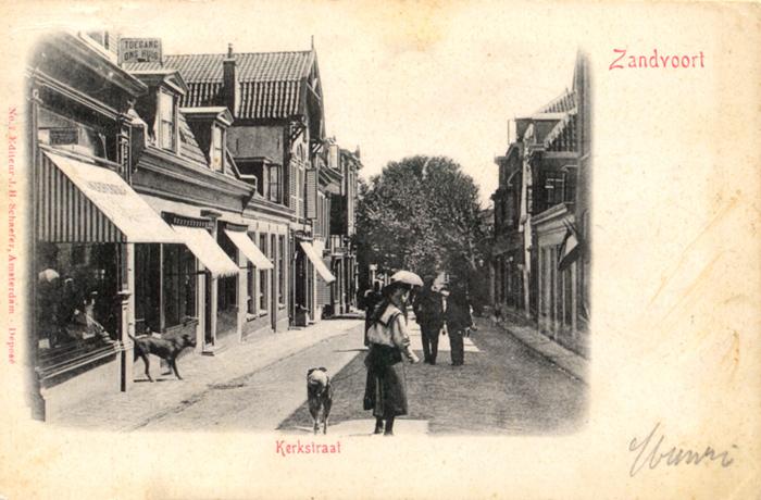 De Kerkstraat strekt zich uit van het Kerkplein tot de Thorbeckestraat en het Badhuisplein. Het is waarschijnlijk de oudste straat in Zandvoort en wordt genoemd in een verkoopakte uit 1590. Hier kijken we neer op de straat richting het Kerkplein.