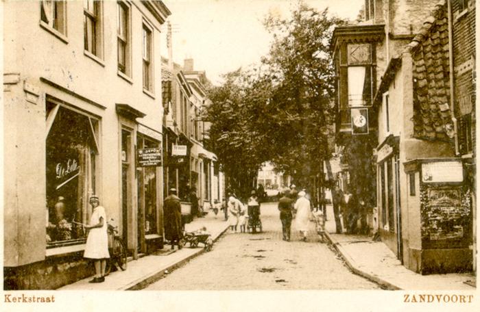Wanneer u de Kerkstraat in kijkt vanaf het Kerkplein ziet u de veranderende mode. Deze ansichtkaart is van 13 augustus 1930