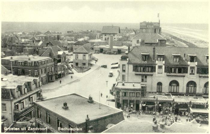 Het Badhuisplein, gefotografeerd vanuit de oude watertoren. Het Hotel Groot Badhuis is duidelijk te zien aan de rechterkant. Deze ansichtkaart is uit 1934
