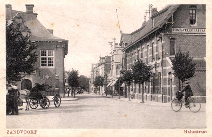 """De andere kant van de Haltestraat vanaf het Raadhuisplein. Deze kaart is geschreven vanuit het """"Kinderhuis"""" in Zandvoort en verstuurd naar Engeland"""